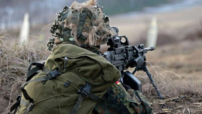 Пулеметчик с MG4 на огневой позиции