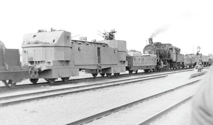 Батарею К12 сопровождал поезд с зенитным прикрытием, боеприпасами, автокраном и Т-ообразной рельсовой системой.