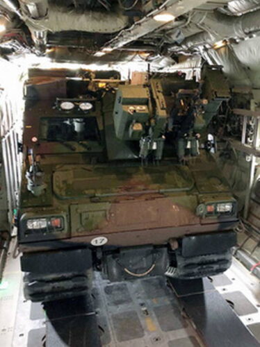 "BvS10 AUT в грузовом отсеке C-130 ""Геркулес"""