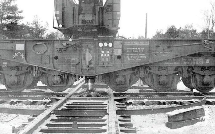 Т-образное рельсовое основание для наведения железнодорожной пушки по направлению