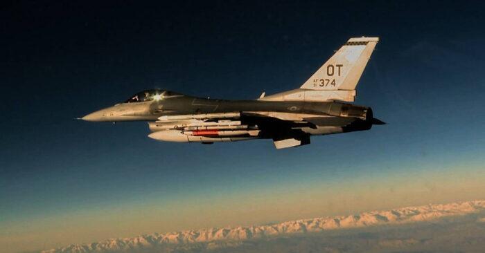 Новая атомная бомба B61-12 под крылом F-16