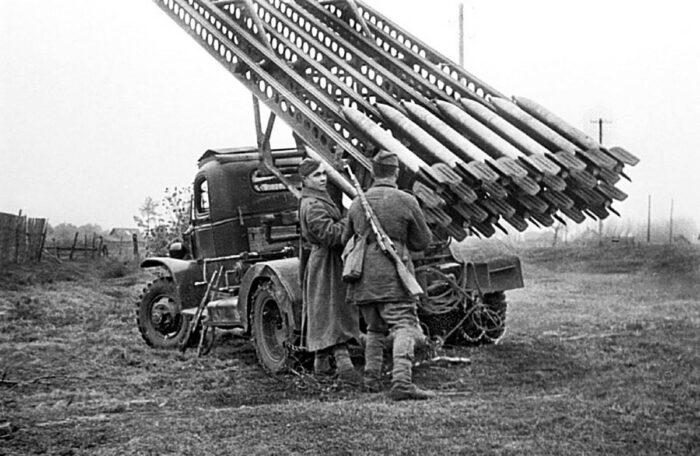 """1942 г. Два бойца заряжают свою """"Катюшу"""""""