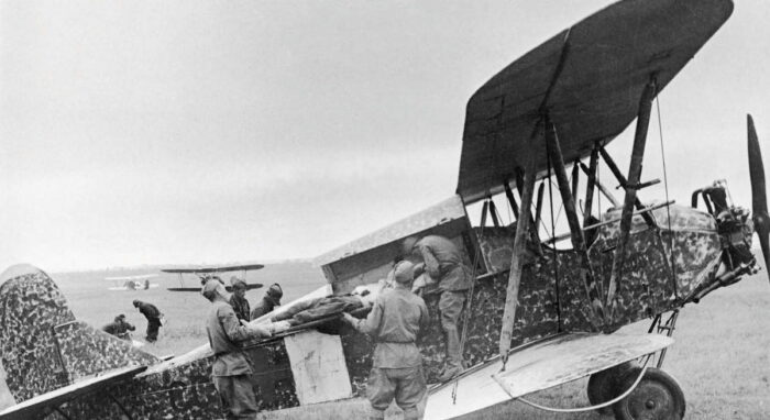 Биплан У-2 был не только ночным бомбардировщиком, но и помогал эвакуировать раненых