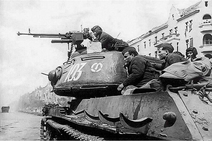 ИС-2 помимо зенитного пулемета располагали тремя дополнительными 7,62 мм пулеметами