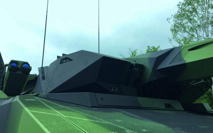 Башня БМП Lynx. Правая половина по ходу движения. Видна спаренная ПУ ПТУР, курсовой 7,62 мм пулемет, сенсоры системы наблюдения.