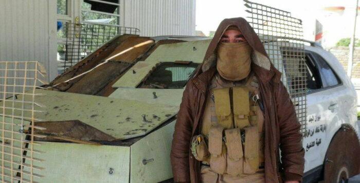 Боевик ИГ на фоне джихад-мобиля