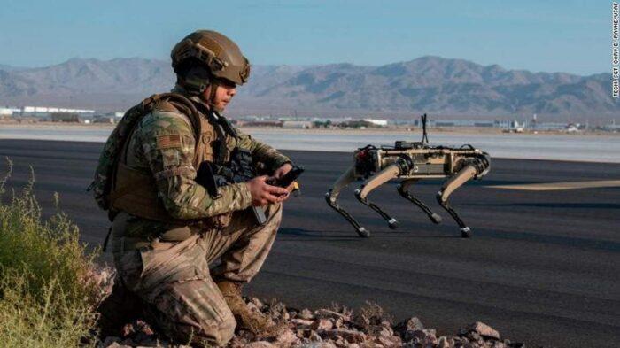Робот-собака на АвБ ВВС США