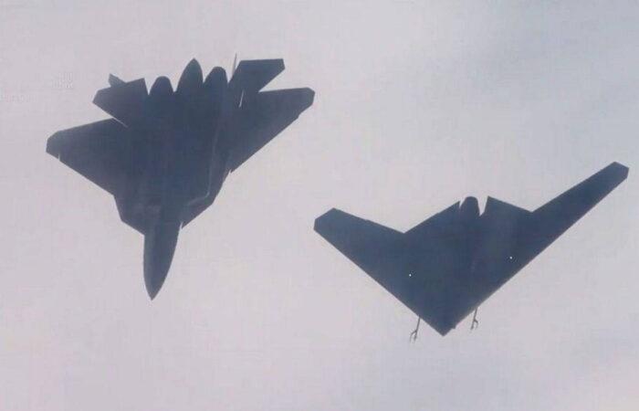 """Полет в паре: истребитель Су-57 и ударный БПЛА """"Охотник"""""""