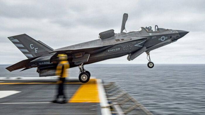 Взлет F-35  с борта десантного корабля