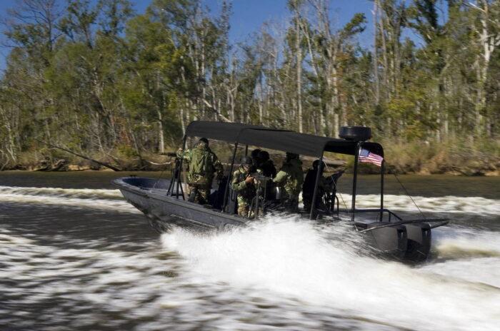 На тренировке курсантов NAVSCIATTS в бассейне реки Миссисипи