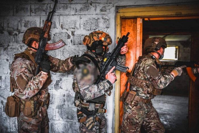 Военнослужащие Румынии, Украины и «зеленые береты» США практикуют ближний бой (CQB) в ходе Trojan Footprint 21 в Румынии, 6 мая 2021 года.