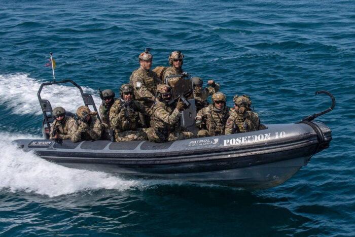 В рамках Trojan Footprint 21 коммандос Грузии, Румынии, Испании и США готовятся к высадке на корабль у побережья Мангалии (Румыния), 7 мая 2021 года.