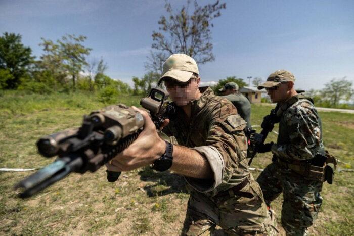 Военнослужащий ССО США демонстрирует тактику боя в помещении для батальона СпН ВС Северной Македонии, 4 мая 2021 года.