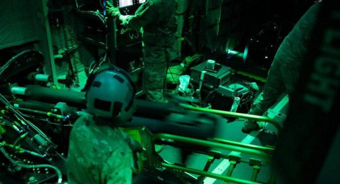 Экипаж самолета AC-130J Ghostrider ВВС США использует 105-мм гаубицу в рамках Trojan Footprint 21