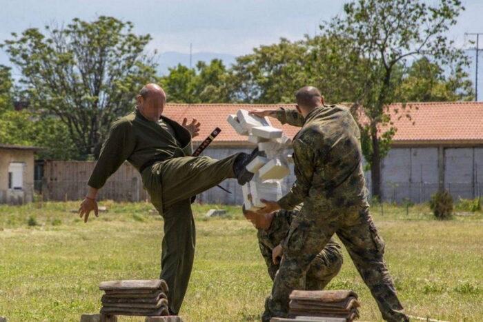 Специалист ВС Болгарии демонстрирует навыки рукопашного боя. Церимония закрытия учения Trojan Footprint 21, Пловдив, Болгария, 13 мая 2021 года.