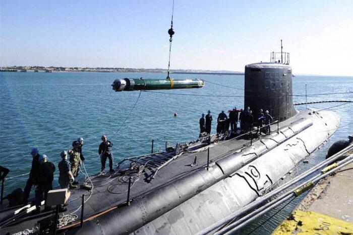 Погрузка торпеды MK 48 Mod 6AT