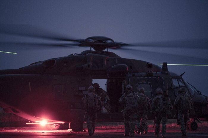 Посадка целевой группы в вертолет NH90