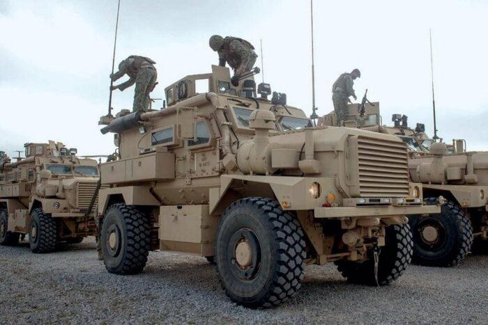 Подготовка машин класса MRAP к обучению сотрудников команды безопасности конвоя (CSE) в Кэмп-Шелби, США.